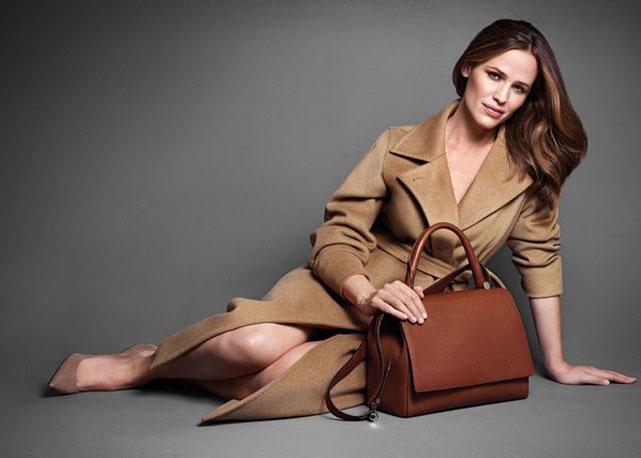 Jennifer Garner posa com a nova JBag em novo anúncio da Max Mara - Foto: Reprodução