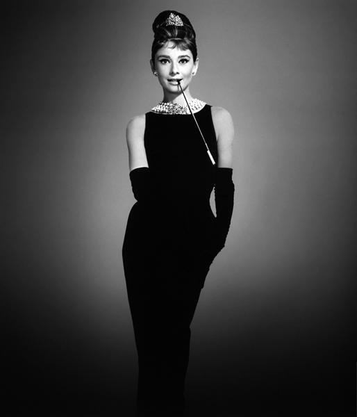 Audrey com o famoso vestido que fez história no mundo da moda. A peça foi criada por Hubert de Givanchy - Foto: GettyImages