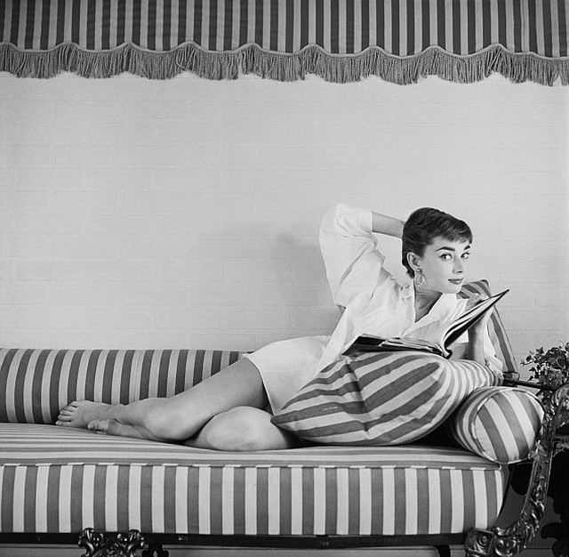 """Audrey Hepburn at Home on Striped Lounger"", por Mark Shaw - Foto: Divulgação"
