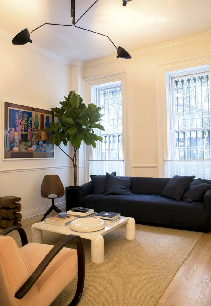 Sala de estar, sofá Restoration Hardware, quadro do novaiorquino Daniel Gordon e mesa de centro do italiano Mario Bellini - Foto: Vicente de Paulo